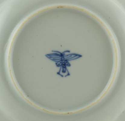 2011138A Symbol mark: Chinese bee, symbol of industry and prosperity, underglaze blue.